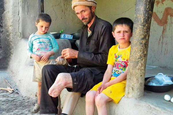 Neue Lebensgrundlage schenken - Rahmi Ali aus Darwaz Bala, Afghanistan, gründete mit unserer Hilfe eine Imkerei.