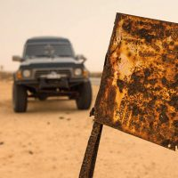 Westsahara_Warntafel mit Auto