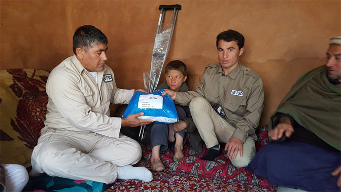 Gemeinsam Hilfsmittel und Medikamente bereitstellen - Manche Minenopfer müssen jahrelang auf einfachste Hilfestellungen warten.