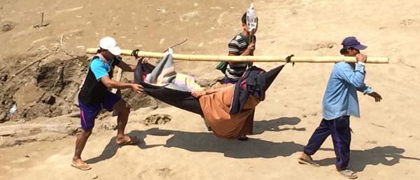 Oft tagelang bis zur nächsten Klinik unterwegs - Burmesische Minenopfer können Transport- und Aufenthaltskosten meist nicht bezahlen.