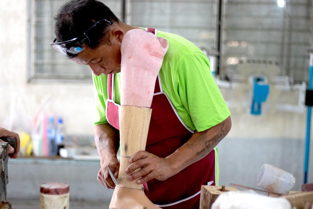 Kurz vor der Fertigstellung - Als letzter Schritt wird der Unterschenkel aus einem Holzblock gearbeitet.